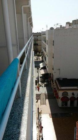 N.CH Hotel: Uitzicht vanaf kamer 403 vanaf balkon naar links richting plein
