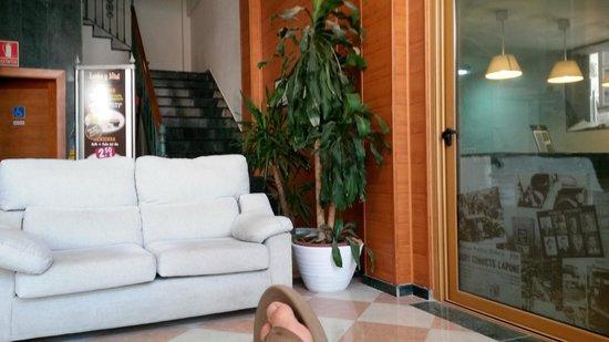 N.CH Hotel: Receptie met Wifi area, rechts ontbijtruimte (was in verbouw)