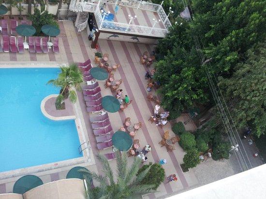 Kayamaris Hotel: pool and bar area