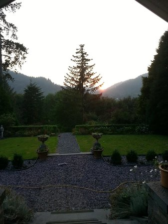 Tyn-y-Fron Luxury B&B: breakfast view (pic taken in evening)