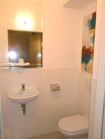 Derag Livinghotel An der Oper: バスルームとは別の洗面所