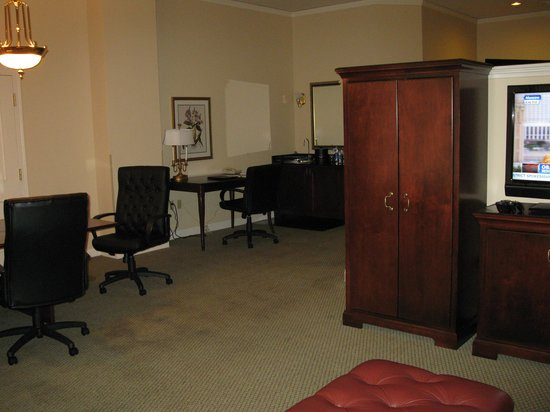 Embassy Suites by Hilton Portland - Downtown: living room room 112