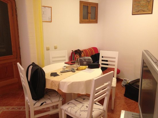 Apartments Lenni: Dining table and futon in back