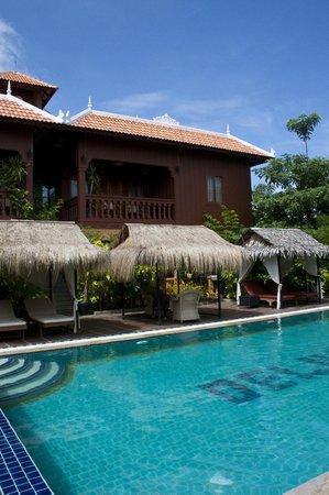 Zwembad en huisjes