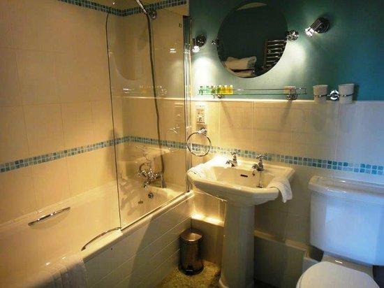 The Lawns Hotel: Beautiful bathroom!