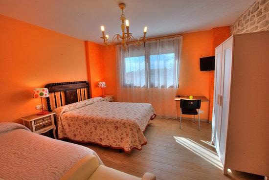 Habitaci n naranja fotograf a de la morada del cid vivar for Cortinas naranjas