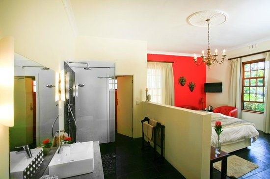 4 Heaven Guesthouse: double room with open bathroom
