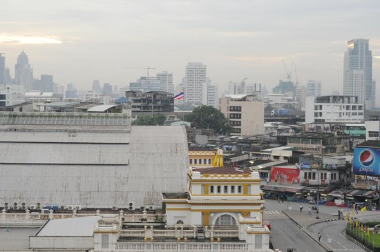 Krung Kasem Sri Krung Hotel: Railway Station just opposite of hotel.