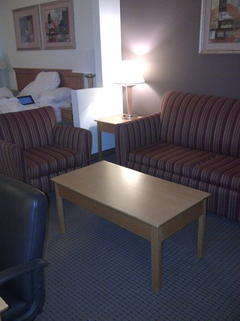 Best Western Plus Newport News Inn & Suites: Room sitting area