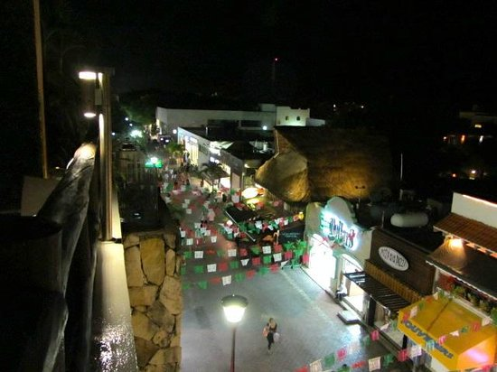 Hotel El Punto: nighttime roof view