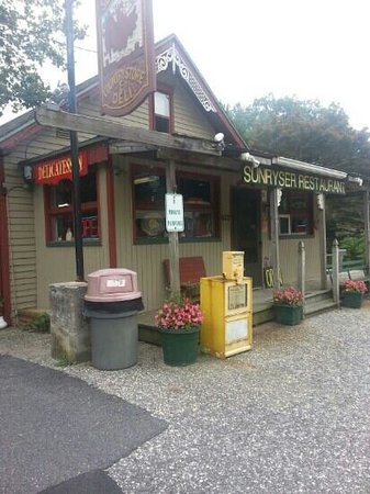 Sunryser Country Store & Deli: Front view.