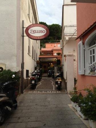 Zelluso: вход в ресторан