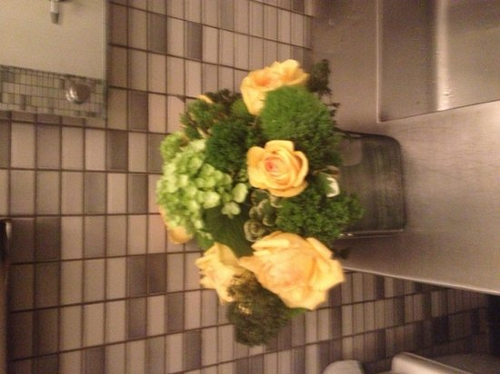 Bottino : Flowers in the restroom