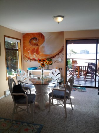 Bostrom's B&B On Little Beach Bay: common room nook