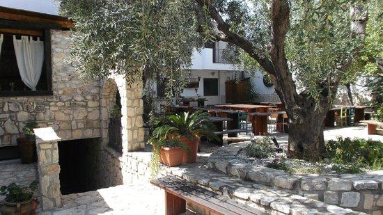 Agriturismo Residence Villa Oro di Puglia: cortile con zona pranzo