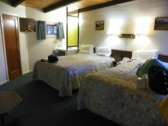 Mountain Pine Motel: sink in room, wall hook