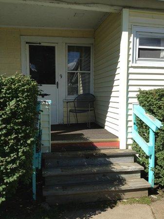 Amanda's Village Motel: Porch infront of room