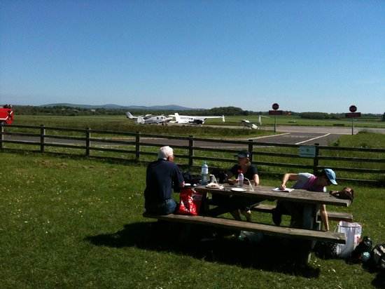 Propellers Cafe: Watch the aircraft come and go