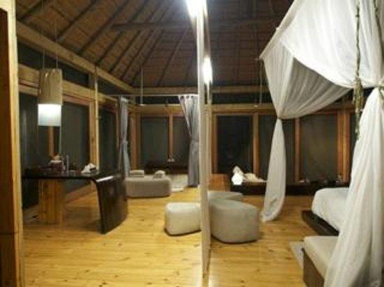 Wilderness Safaris Vumbura Plains Camp: The Indoor Shower