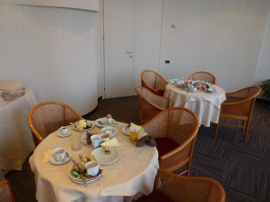 Palazzo Delle Stelline: Untidy breakfast room