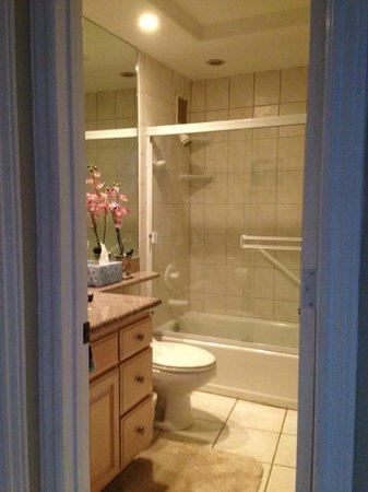 Menehune Shores : Hall bathroom