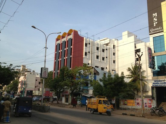 Hotel Rajadhane: View of Hotel from Road