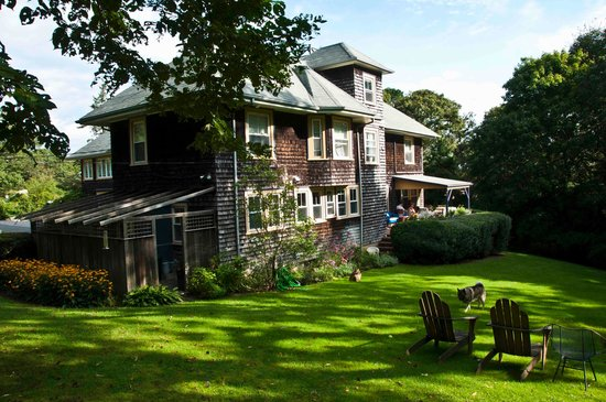 The Doctors House B&B of Martha's Vineyard: Side yard