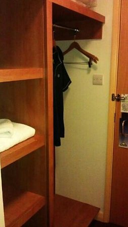 Days Inn Winchester M3: wardrobe
