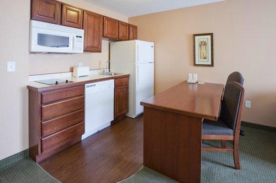 GrandStay Residential Suites Hotel - Sheboygan: Guestroom Kitchenette