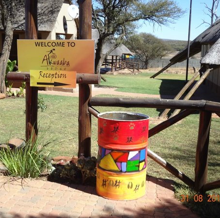 Akwaaba Lodge: Signs to the Reception - I love the way their bins are painted