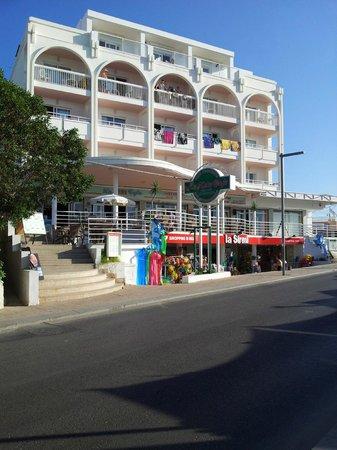Apartamentos La Kiki: Hotel from street