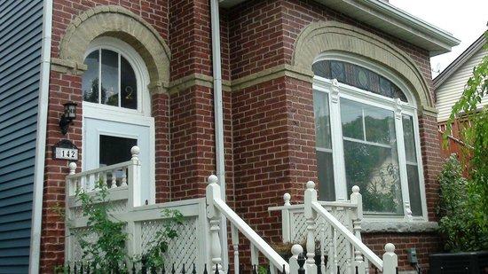 Toronto Garden Inn: Front Entrance