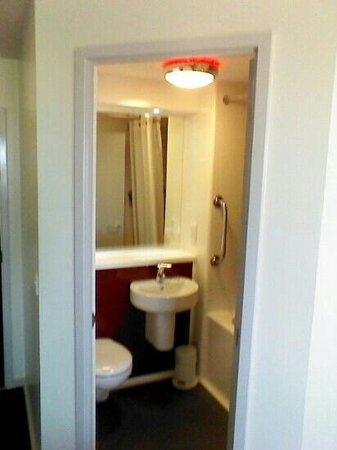Travelodge Hartlepool Marina Hotel: Clever slot in all in one bathroom unit!