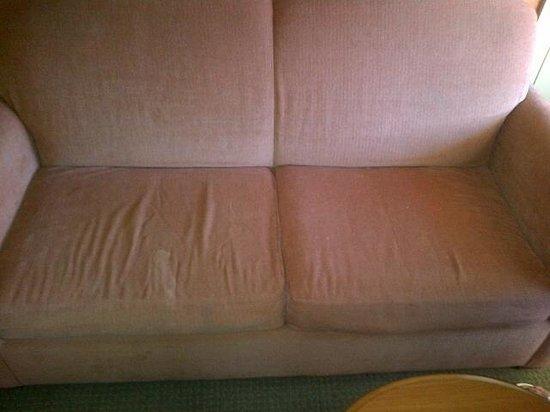 إن سيزون هاربورووك ريزورت: loveseat - stains on cushions