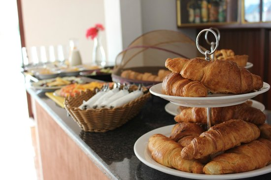 La Serenade Bed and Breakfast: Breakfast Buffet - Delicious fresh croissants