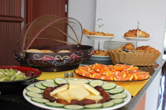 La Serenade Bed and Breakfast: Breakfast Buffet - Delicious cheese and fresh fruit