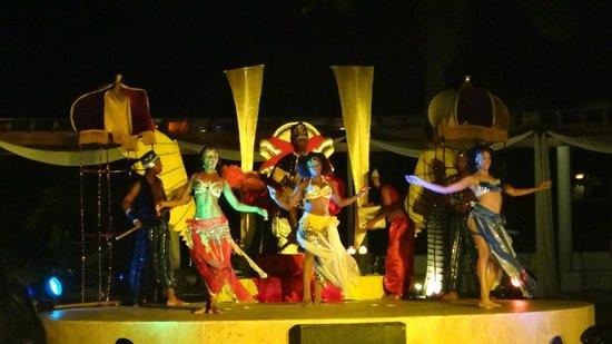 Secrets Royal Beach Punta Cana: Show en el Lobby