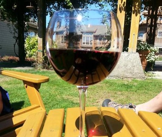 Lodges at Cannon Beach: Wine in the garden