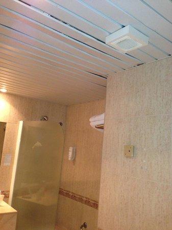 Hotel Dunas Suites and Villas Resort: plafond de la salle de bain (trous)