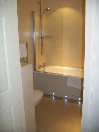 The Belmont Hotel: Clean modern bathroom