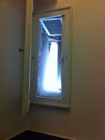 Charmsuite Roma Raffaello : Tiny window in toilet