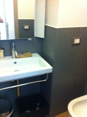 Charmsuite Roma Raffaello : Sink in separate toilet