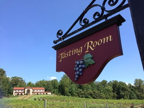 Running Hare Vineyard: Tuscan event bldg viewed from outdoor Tasting Room