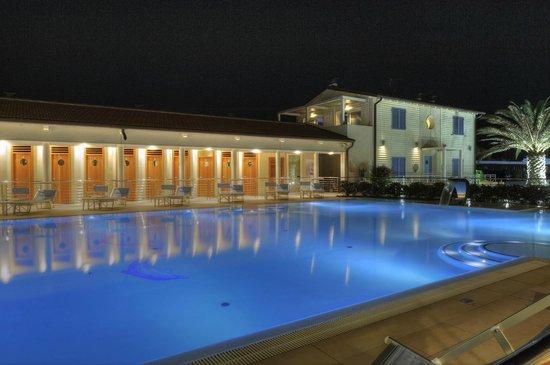 La piscina illuminata 2 bild von bagno brunella e ada beach lido di camaiore tripadvisor - Bagno brunella lido di camaiore ...