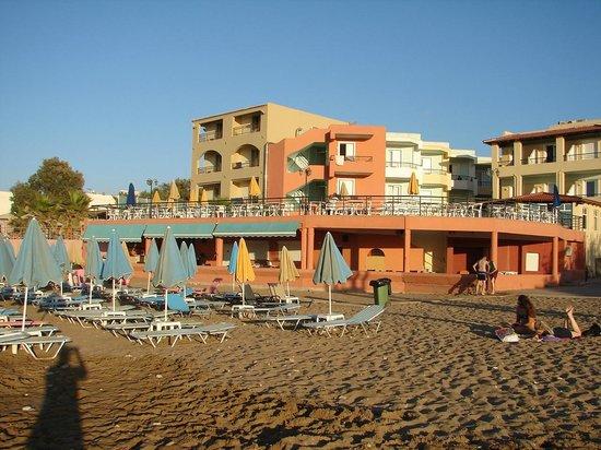 Dedalos Beach: Blick v Strand aufs Hotel