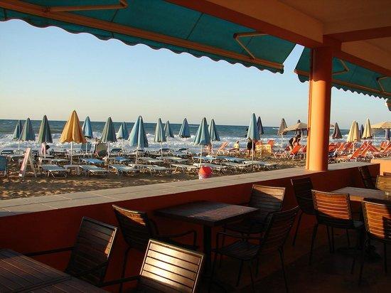 Dedalos Beach : Blick von Hotelbaar-Strandbaar auf Strand