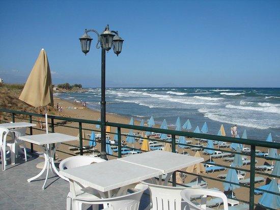 Dedalos Beach: Frühstücks-Abendterasse Hotel