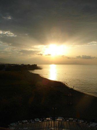 Dedalos Beach: Sonnenuntergand von Hotelterasse