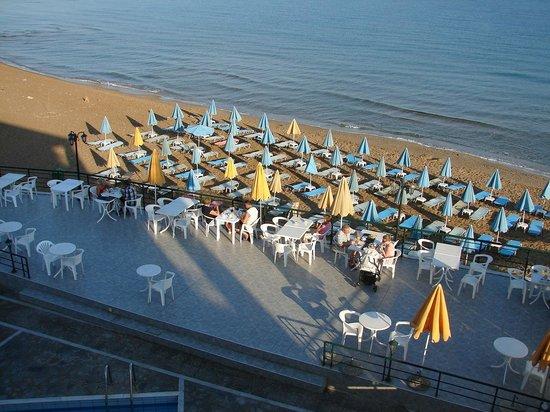 Dedalos Beach: Blick vom Hotel auf Terase u. Strand