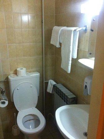Hotel Sol Sipar: the tiny, moldy bathroom